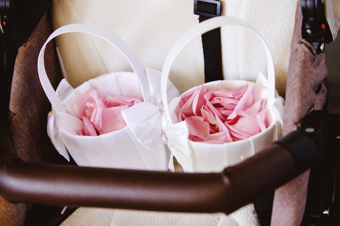 Blütenblätter in Korb