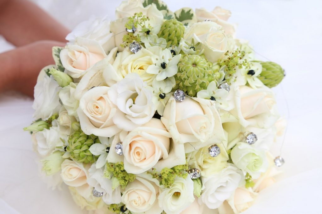Brautstrauß weiß mit Diamanten nah