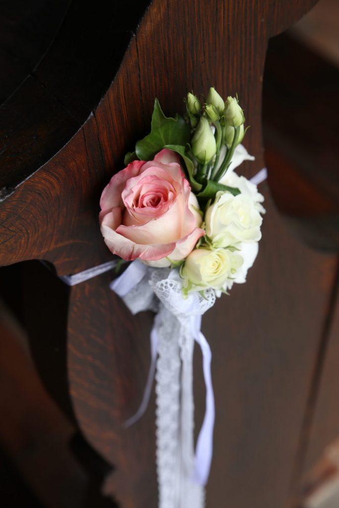 Blumen an Kirchenbank