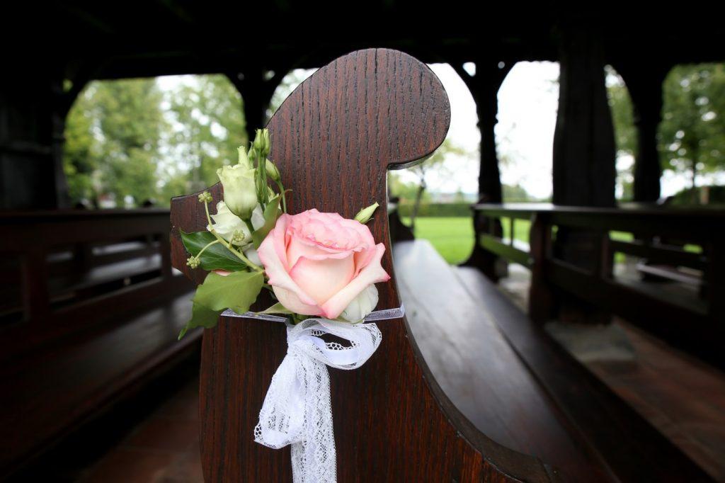Blumen an Kirchenbank nah