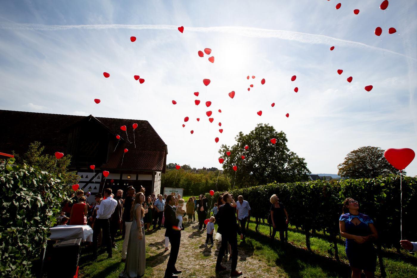 Rote Herz Heliumballons fliegend an der Trotte in Gailingen