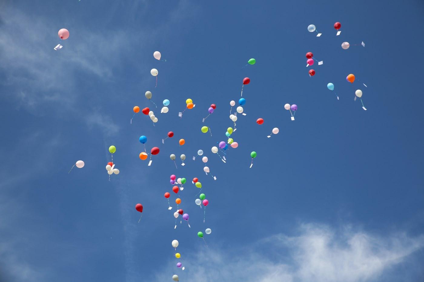 Buten Helium Ballons fliegen im blaunen Himmel