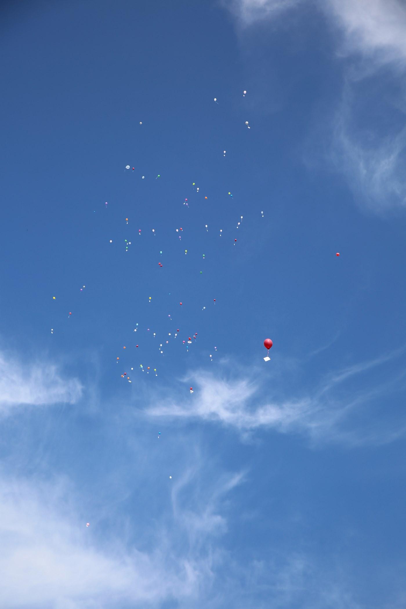 Buten Helium Ballons fliegen im blaunen Himmel fern