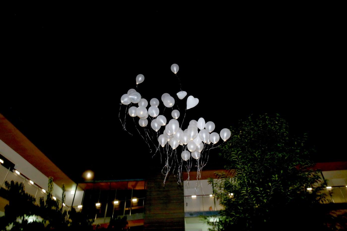 Weiße Ballons bei Nacht in der Luft