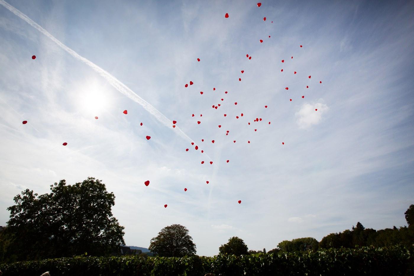 Rote Herz Heliumballons fliegend an der Trotte in Gailingen aus der Ferne