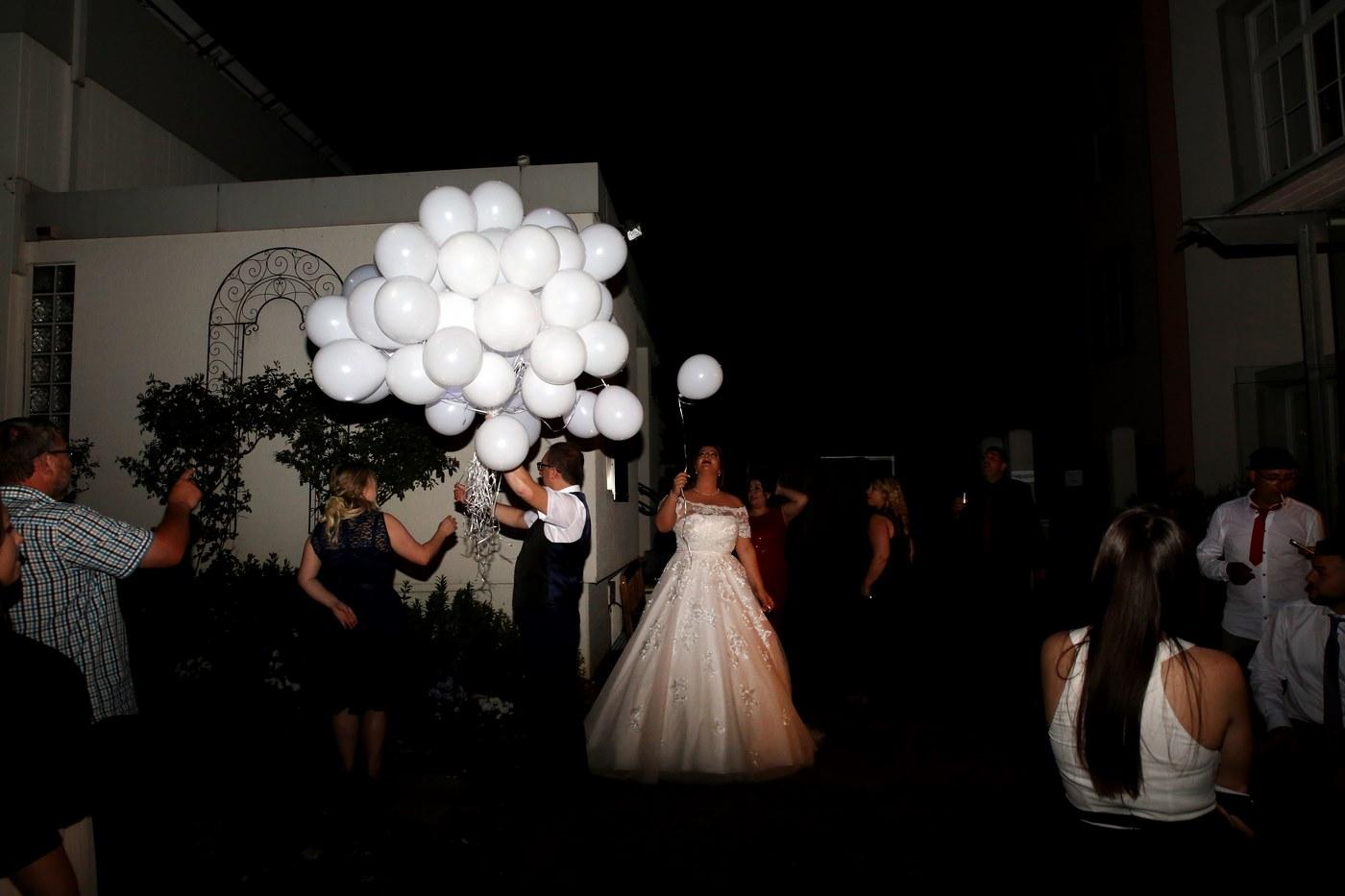 Weiße Luftballons vor dem Abflug
