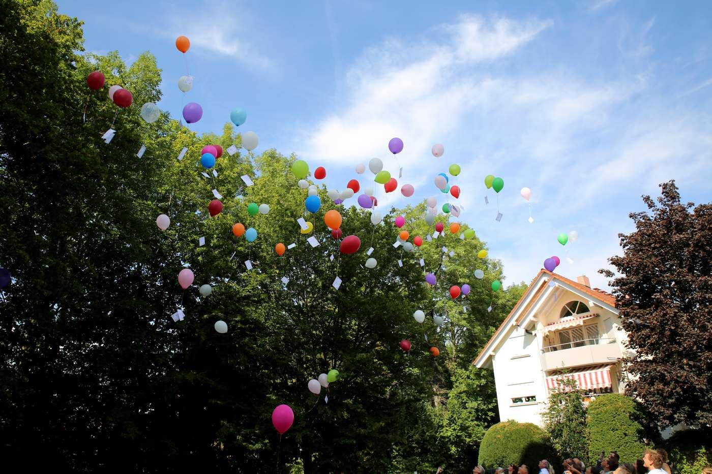 Bunte Ballons mit Grußkarten in der Luft