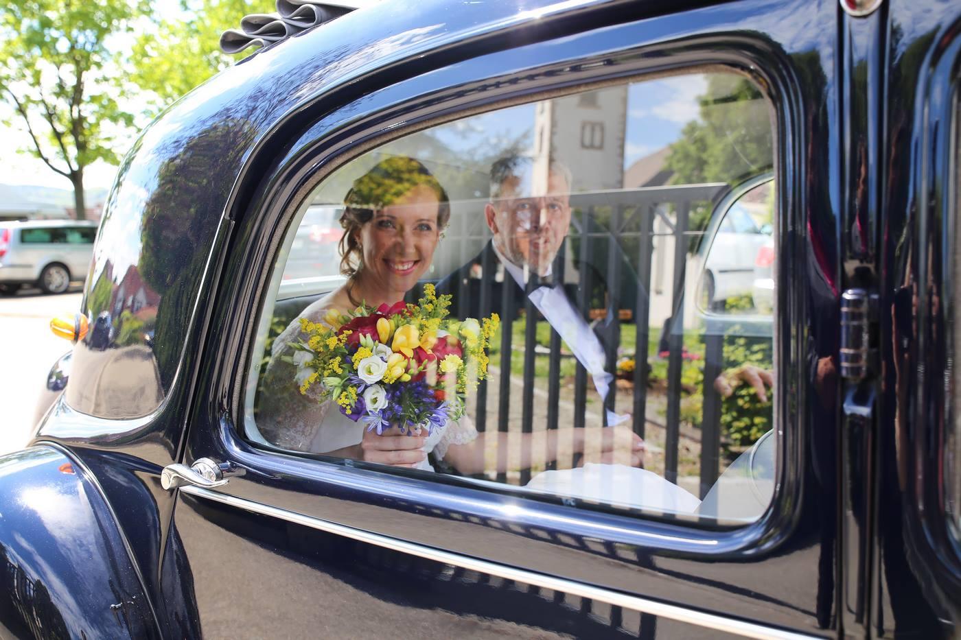 Brautpaar in Hochzeitsauto