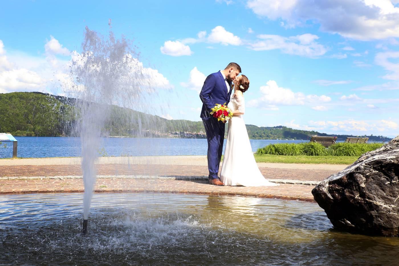 Brautpaar vor Springbrunnen am Bodensee