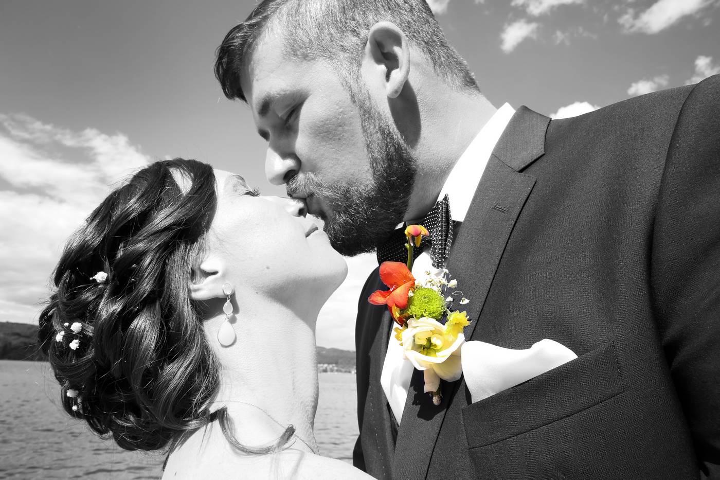 Bräutigam küsst Nase von Braut