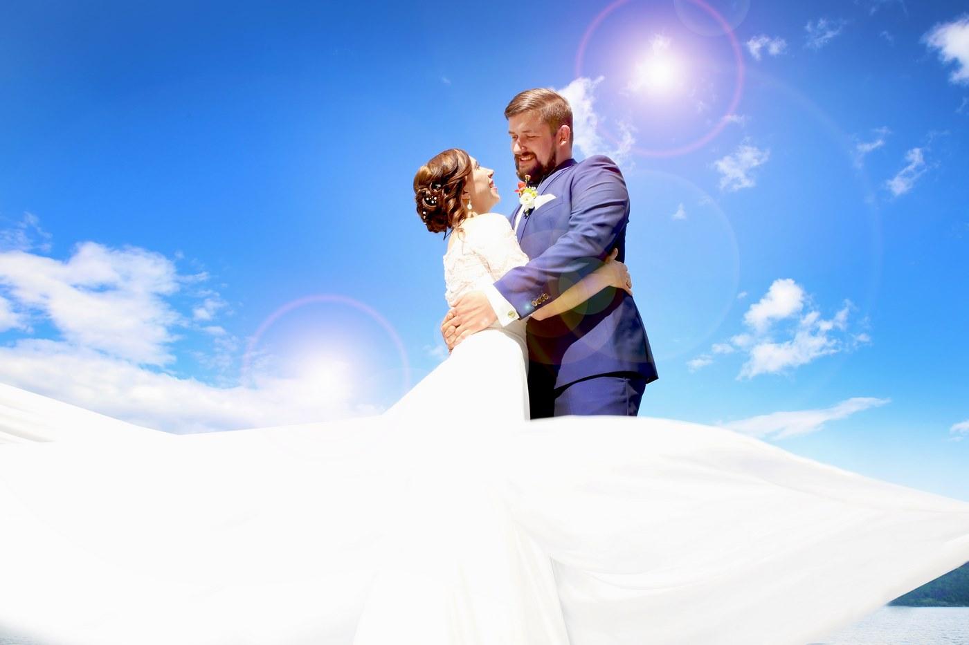Brautpaar vor strahlend blauen Himmel