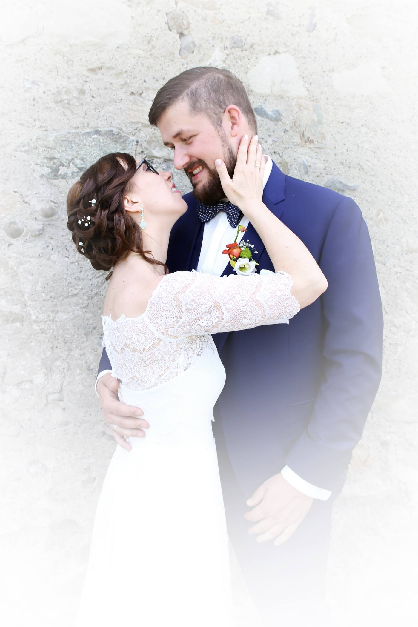 Braut hält Hand an Wange vom Bräutigam