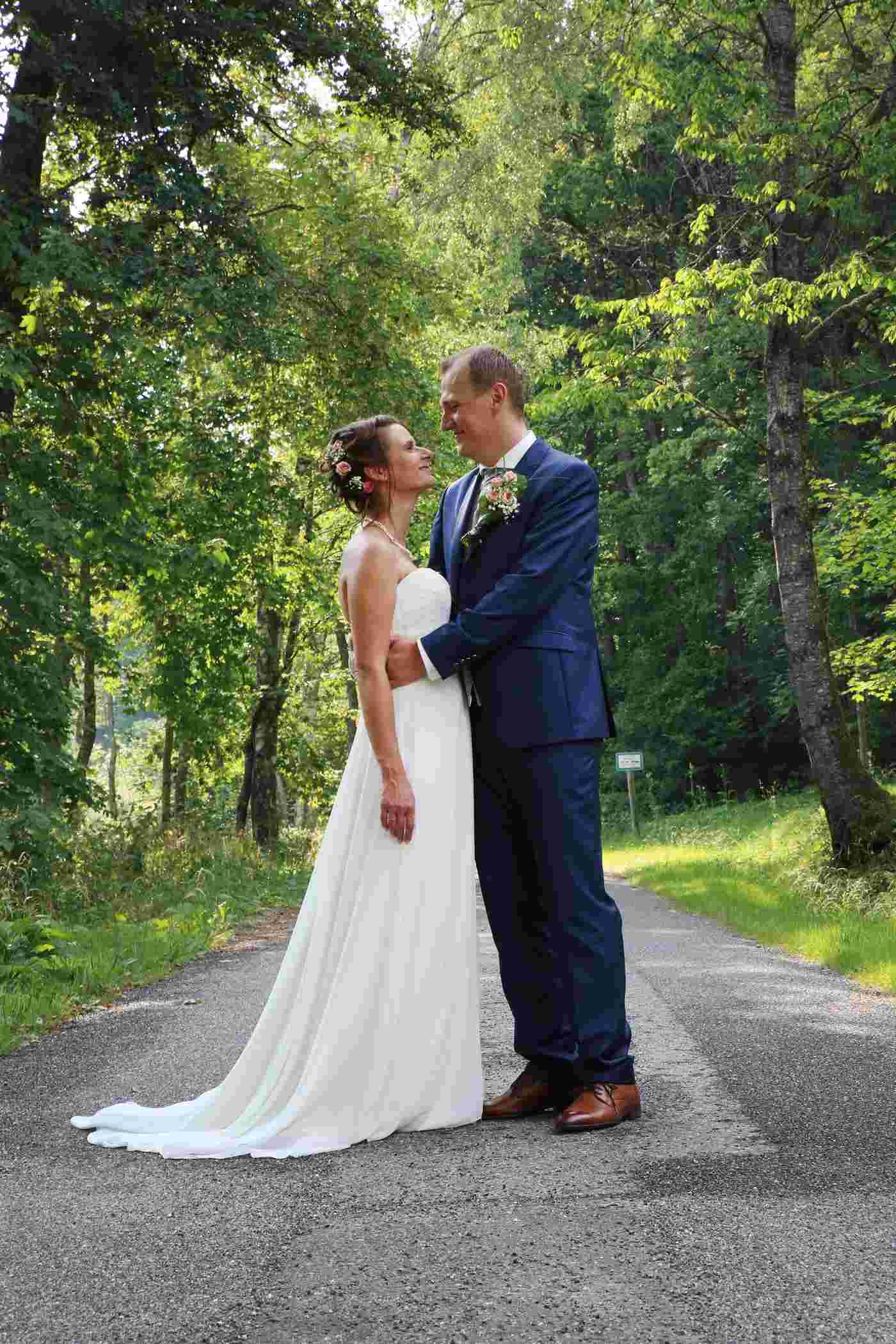 Brautpaar sich anschauend im Wald