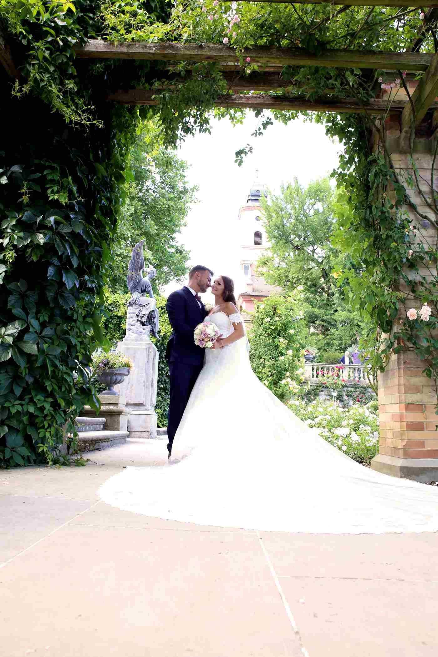 Brautpaar auf Insel Mainau vor Statue