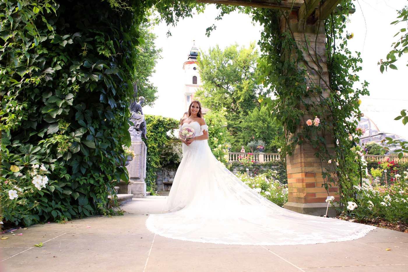 Braut auf der Mainau mit Kirche im Hintergrud