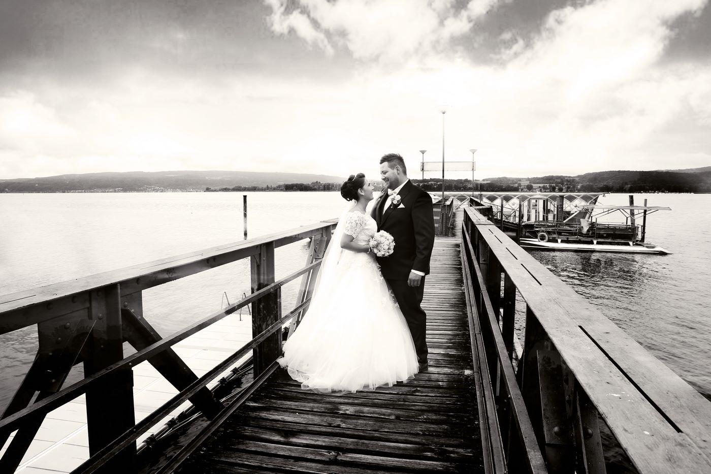 Brautpaar auf Holzsteg am Zollhaus in Ludwigshafen am Bodensee