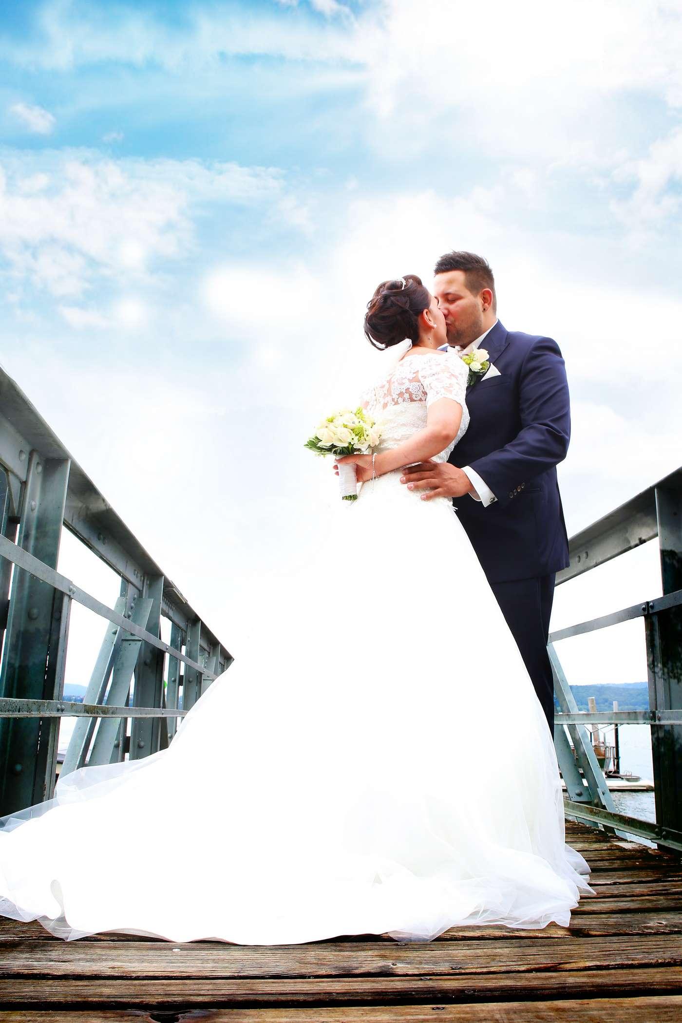 Braut versteckt den Brautstrauß